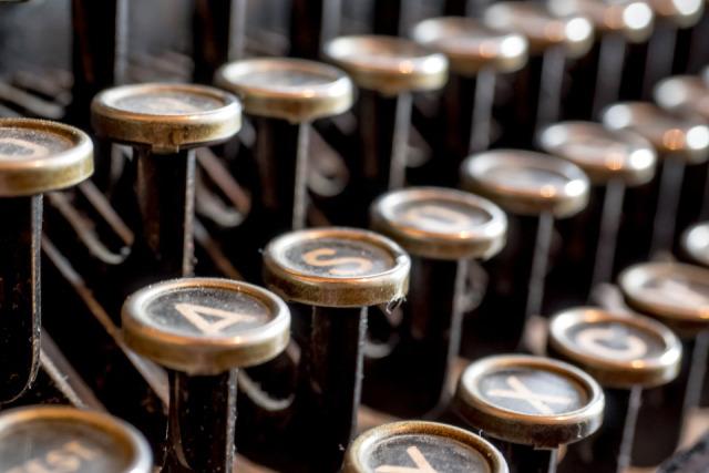 Picture courtesy of: https://pixabay.com/de/schreibmaschine-antik-alt-schreiben-585000/